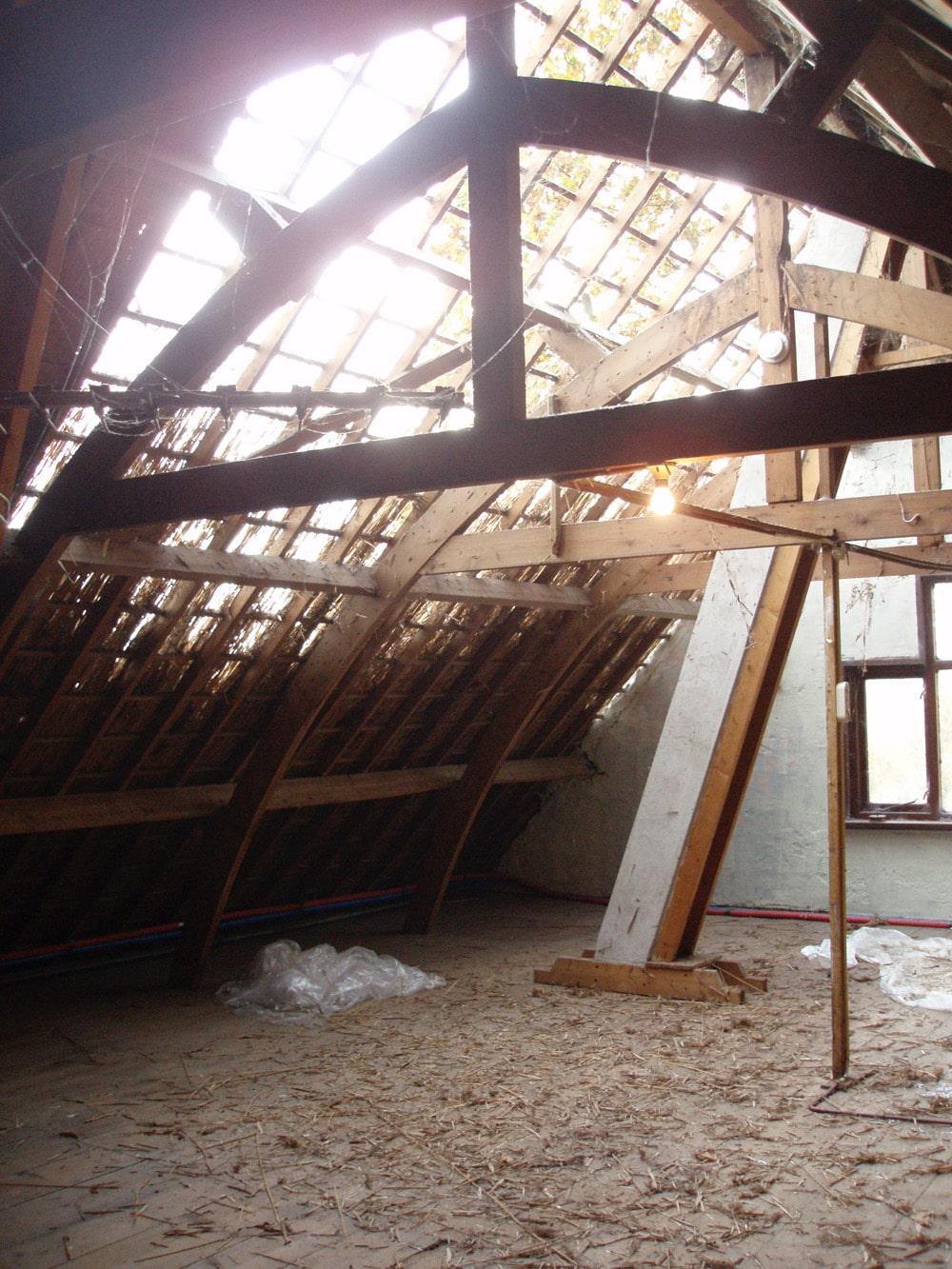 het oude dakriet wordt verwijderd