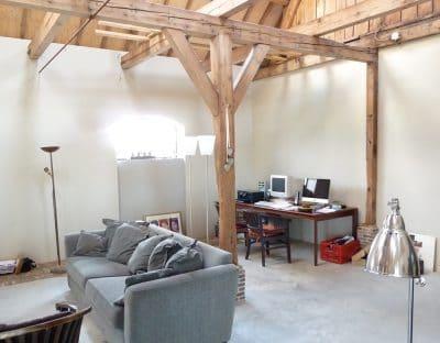interieur achterhuis met royaal invallend daglicht en balkcontructie in het zicht