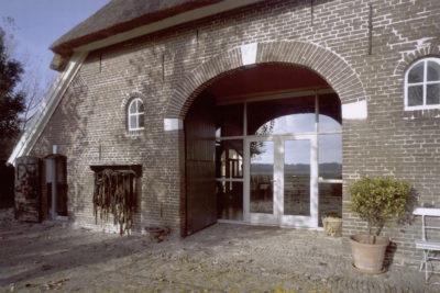 lichtinval achtergevel, de originele deeldeuren kunnen zo blijven bestaan, 2001